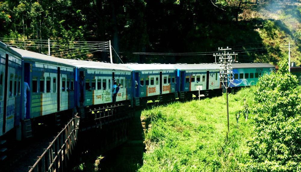 Train Running Bend, South Sri Lanka Tour, Independent Travel Asia