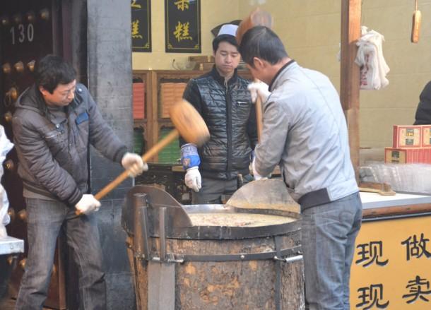 Making Peanut Crunch, Eating on Xian Muslim Quarter, Street Food