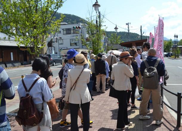 Bus Queue, Travel to Mount Fuji Shibazakura Flower Festival